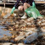 En dykgrupp gör ansiktsmasker av återvunnen plast från haven