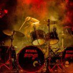 Grym tjej rockar med Dave Grohl på trummor!